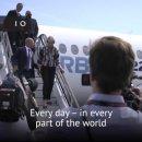 영국 메이 총리의 비행기 타랍 내려오는 법... 수행원과 대화하며