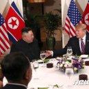 """원탁 둘러앉은 트럼프와 김정은 """"사진 잘 찍어주세요"""""""