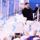 북한 응원단 앞에서 김정은 코스프레.jpg