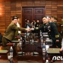 남북 장성급 회담 '악수'